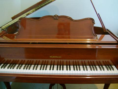 Beautiful Baldwin model R 226 Grand Piano in fantastic condition.
